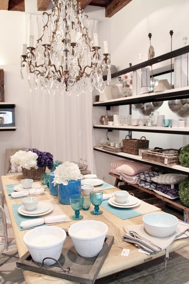 gedeckter Tisch in weiß, türkis und holzfarben im Bondian Living Shopping Tipp auf Mallorca