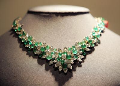 EmeraldNeclace diamondneclace weddingneclace engagementneclace neclace whitegoldneclace252872529 - Fabolous Necklace :)