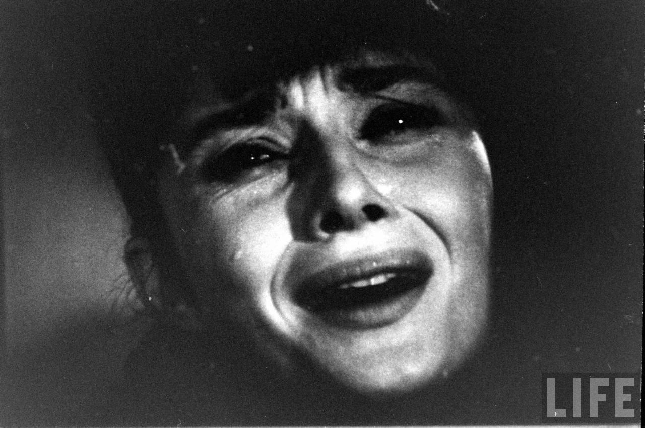 http://4.bp.blogspot.com/-SBws6bkz1LE/T2s3Mvvhg7I/AAAAAAAAGNY/sHlAxAKwW64/s1600/Audrey+Hepburn+childrens+hour+crying+2.jpg