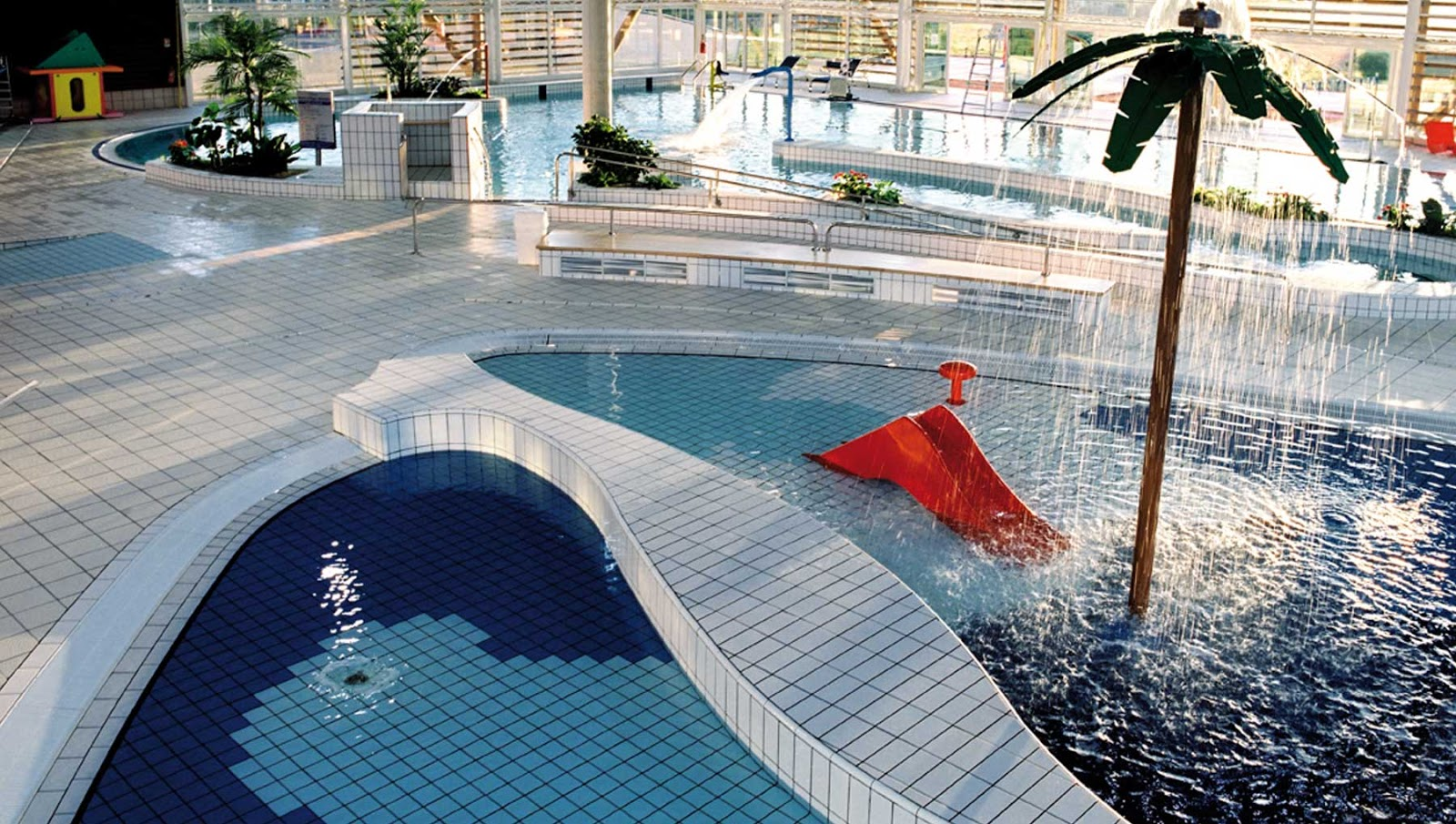 Piscine la riche carr d 39 c t de tours tout sur la for Piscine tours