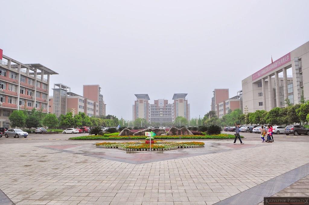 Plac przed biblioteką Yangtze Normal University od strony bramy wchodniej