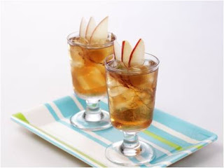 iced tea with sliced apple