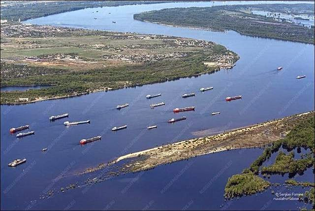 Oil tankers are sailing on the Volga