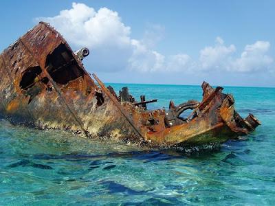Barcos abandonados en el océano.