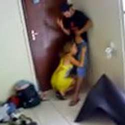 Garota novinha no boquete com o amigo do irmão
