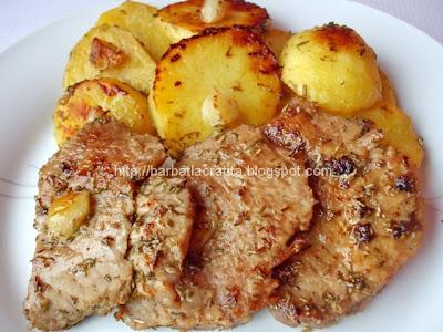 Muschi de porc felii cu cartofi si rozmarin la cuptor