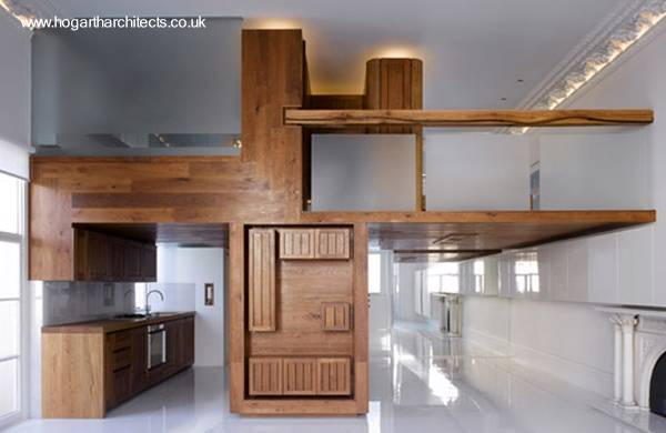Instalación de madera divide y genera espacio habitable en desarrollo vertical