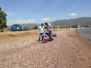 Μάζεψαν τα σκουπίδια από την παραλία στο Φάρο
