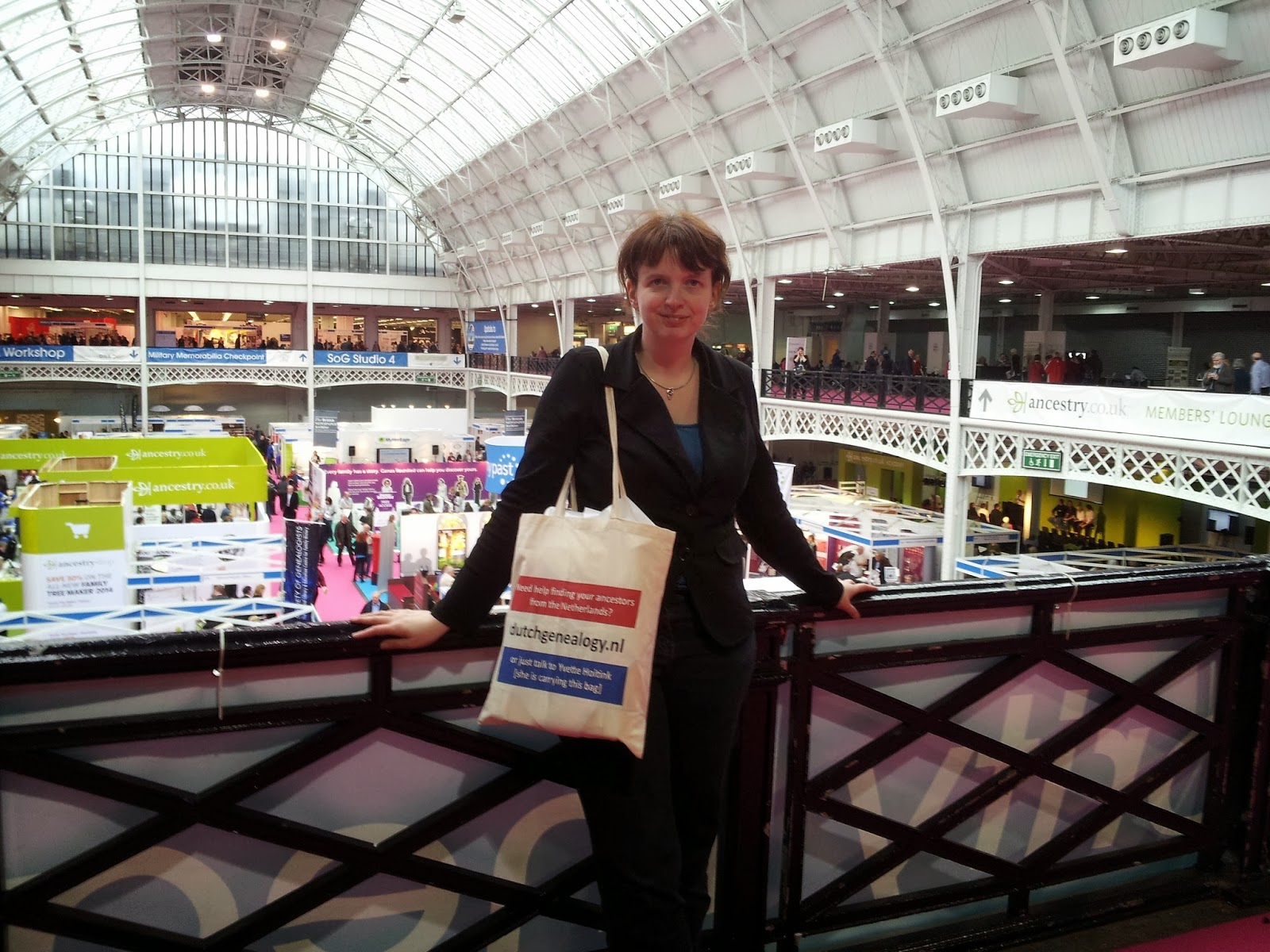 Yvette with a Dutchgenealogy.nl bag standing at the balcony at Who Do You Think You Are