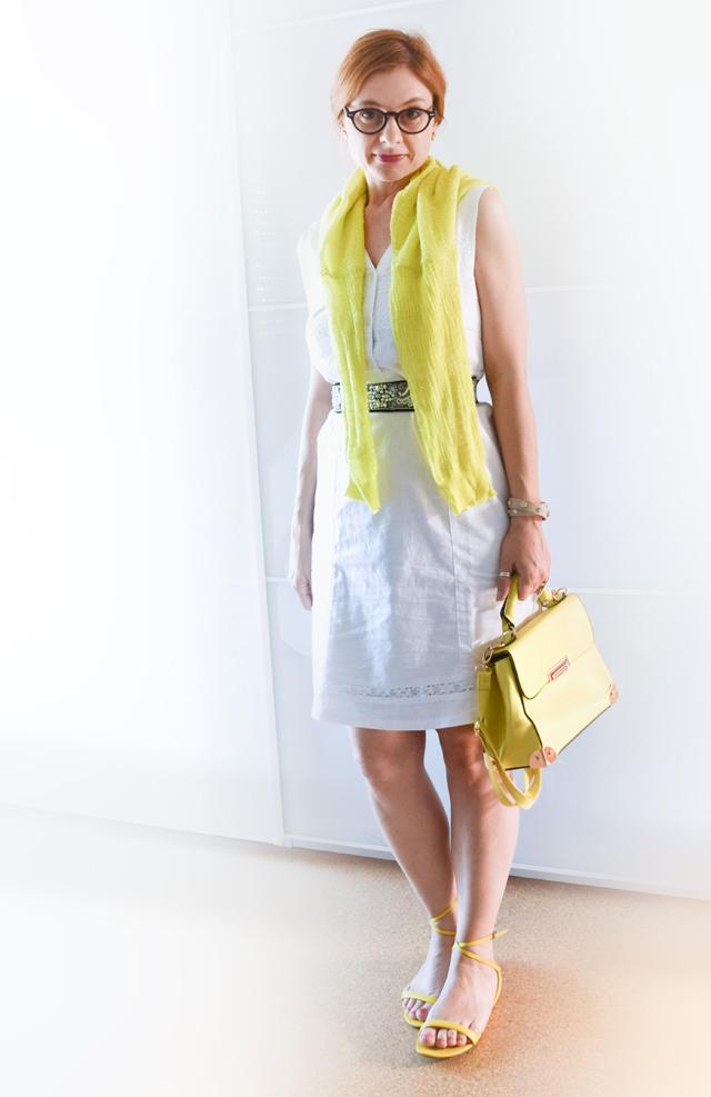 Gelbe Handtasche mit weißem Kleid