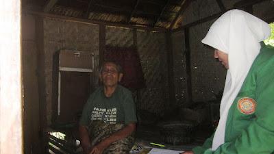 Ini rumah saya nak, disitu dapur, disitu pula tempat tidur, katanya kepada Mutia Ulfa mahasiswa KKN Unimal yang sedang melakukan survey pemetaan potensi Gampong di Kota Lhokseumawe.