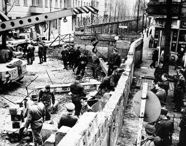 40 Must-See Photos Of The Past - Construction of the Berlin wall, 1961