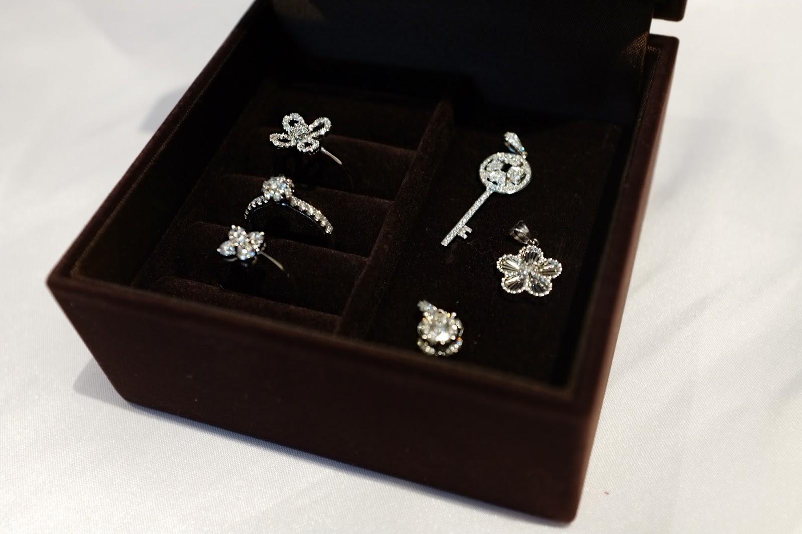 The Perfect Christmas Gift Cathy Sie 1 Set Perhiasan Batu Untuk Mempermudah Kalian Aku Mempunyai 3 Terdiri Dari Cincin Dan Kalung Yang Pilih Sendiri 6 Barang Ini Adalah Pilihanku Favorit