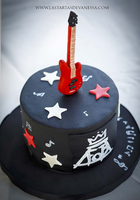 Tarta de fondant fall out boy y bajo rojo