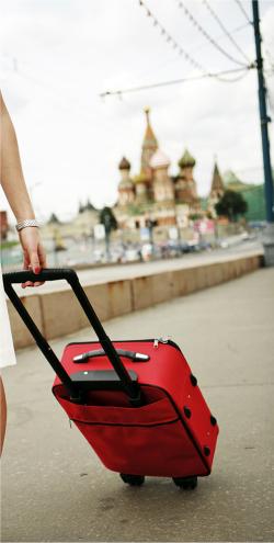 Femme tirant une valise