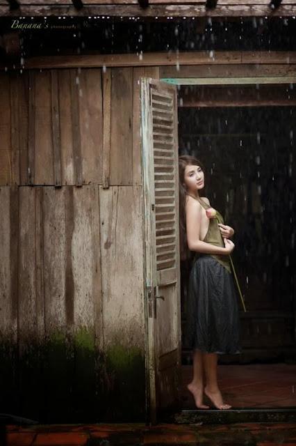 Hot girl Linh Napie hóa thành thiếu nữ bên hoa sen