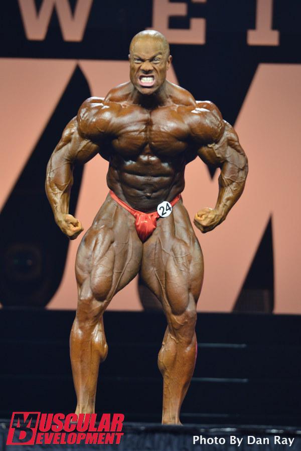 Phil Heath faz cara de mau ao realizar pose mais musculoso Foto: Dan Ray