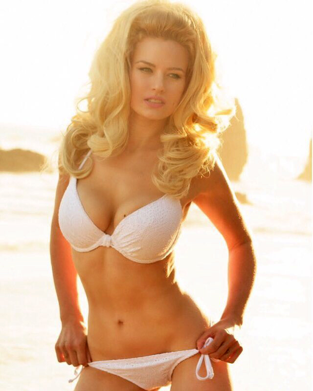 Gia Genevieve en bikini blanco