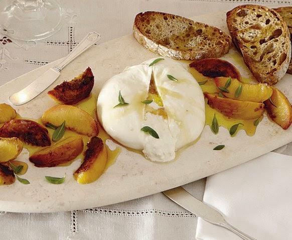 сыр буррата с персиками