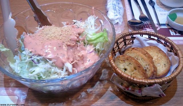 Ensalada coreana y pan de ajo