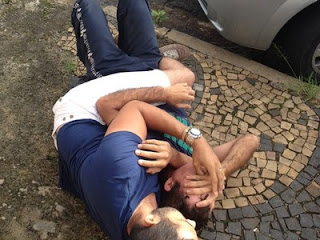 Campinas - SP: Ladrão é imobilizado por lutador de jiu-jitsu após roubar bolsa de idosa. VÍDEO
