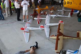 Estesa d'aeromodels clàssics dins l'hangar de Santo Tomé del Puerto.