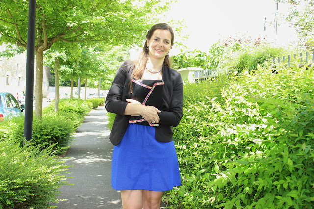 Veste noire, robe bleue klein, pochette minellix hash
