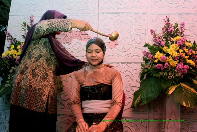 Acara Siraman Septi pada Pernikahan Septi & Fandi [septifandi.ga] oleh tunjungbiru.co.id Rias Pengantin Banjarnegara | Foto oleh KLIKMG.COM Fotografi