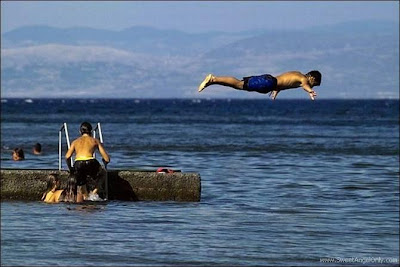 funny_picture_swimming_in_air