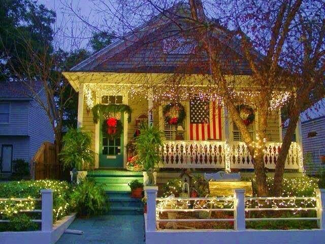 hgtvcom - Christmas Outdoor Spotlights