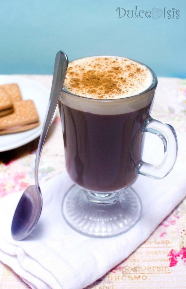 Chocolate Caliente con Canela y Crema
