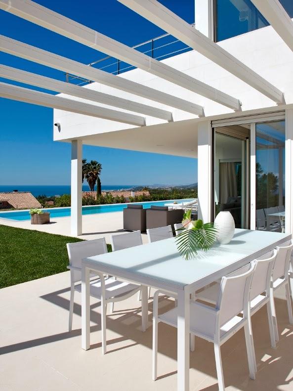 mesa exterior y sillas blancas de diseño