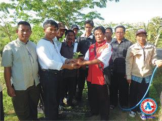 """H. Ihsan Buktikan Janjinya, Serahkan Bantuan 30.000 Bibit """"Tire"""" ke Petani Bima"""