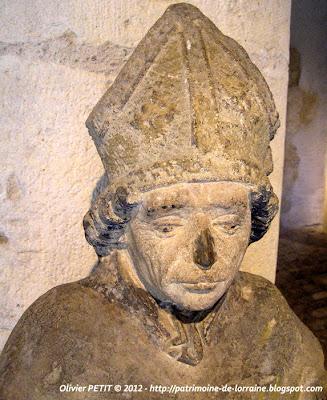 Statue d'un Saint-Évêque en pierre calcaire de Jaumont. Deuxième tiers du XVe siècle.