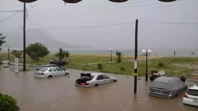 Σάρωσε η «Μέδουσα» στο πέρασμά της -Ενας νεκρός, πλημμύρισαν σπίτια, βυθίστηκαν ΙΧ [βίντεο]