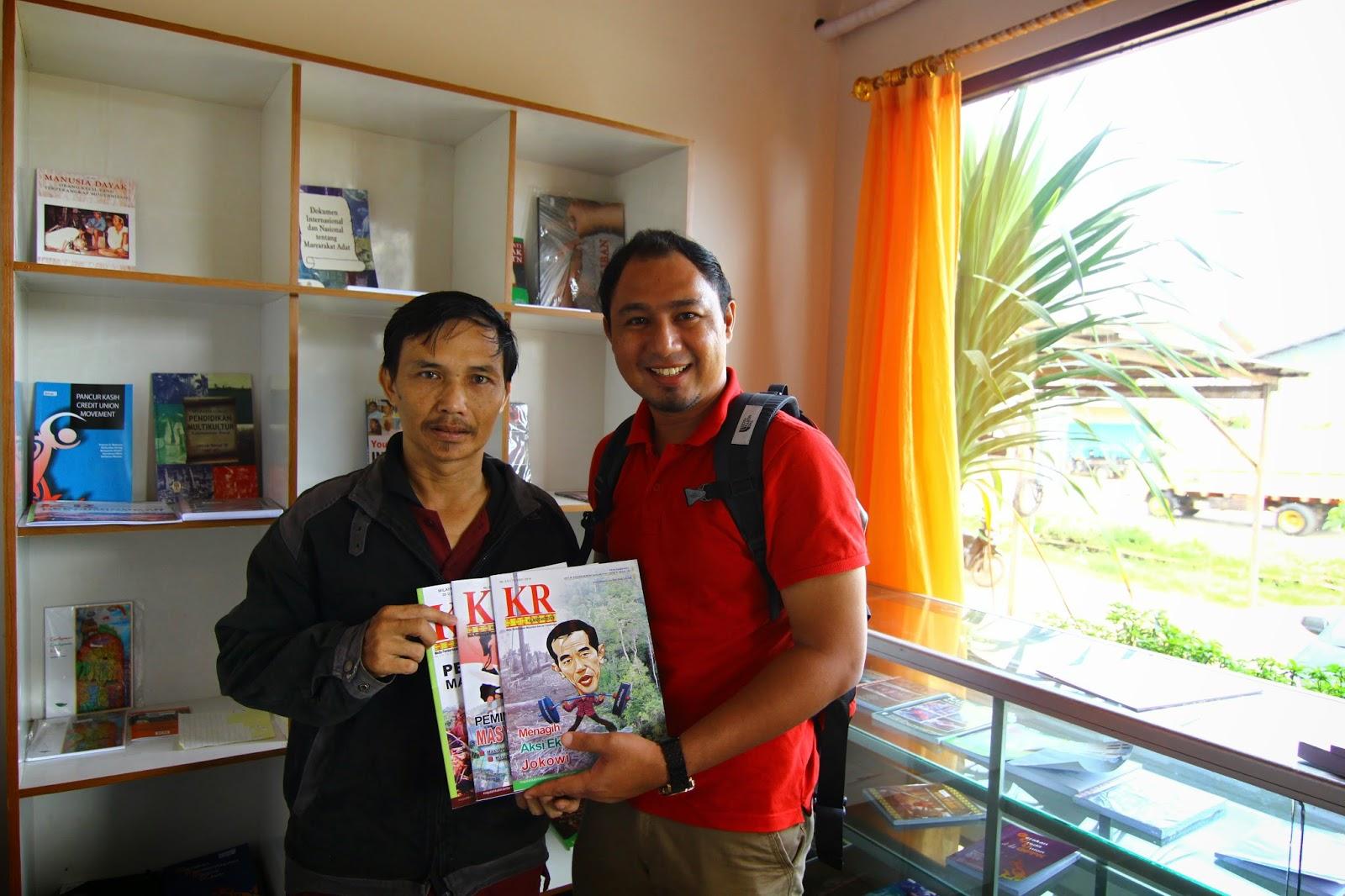 Cikgu Hailmi menerima hadiah majalah Kalimantan Review daripada Institut Dayakologi