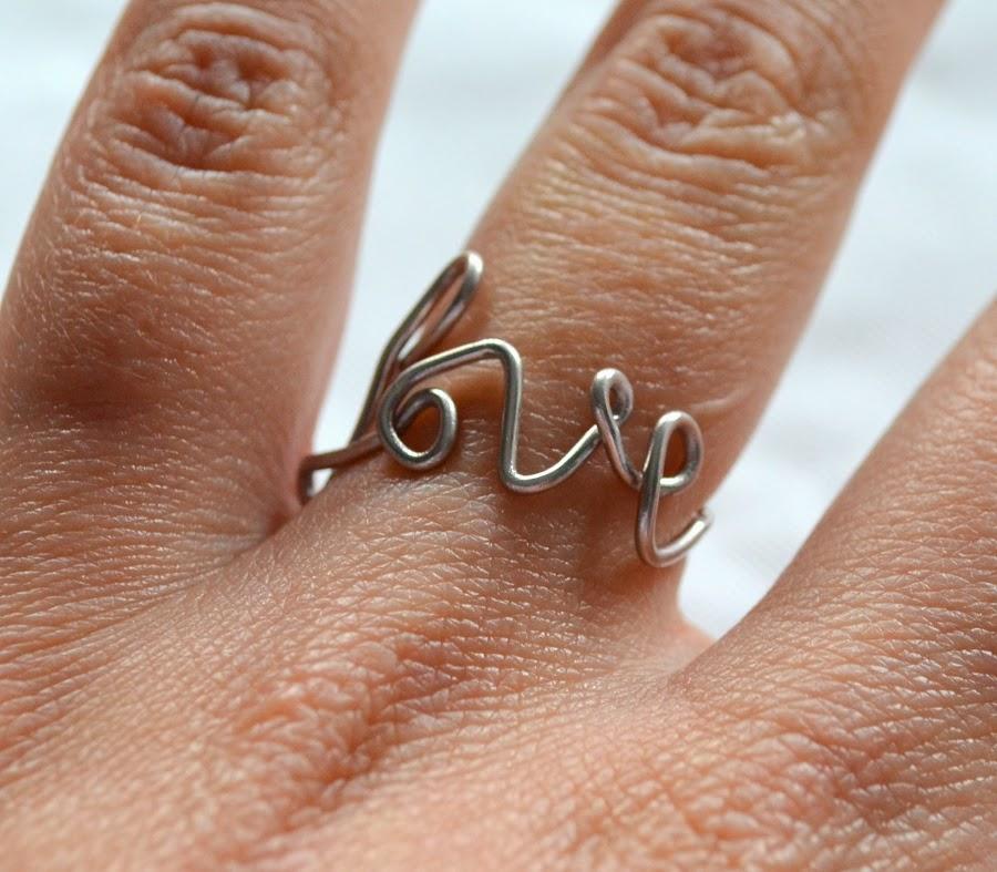 Un tutorial sencillo para hacer tu propio anillo con la palabra LOVE. ¡No te lo pierdas!