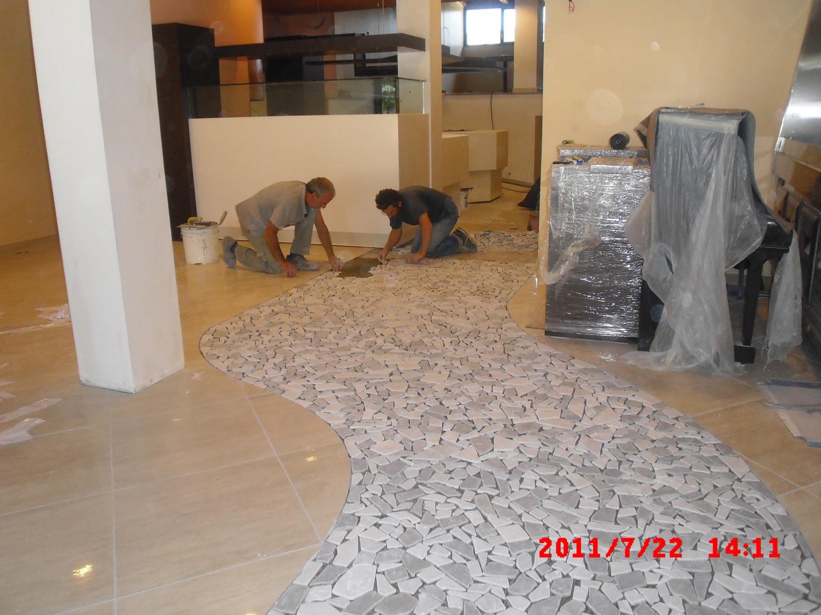 Piastrelle bianche con venature grigie abbinare il pavimento al