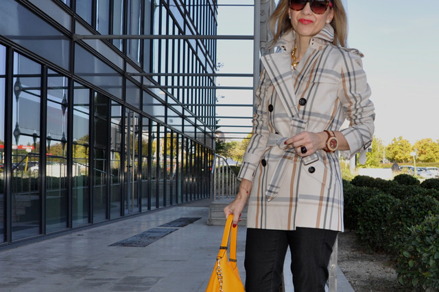 how to wear a trench and hobo bag