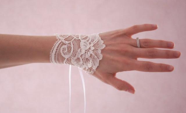 bijoux pour futures mariée en dentelle de Calais blanche, mitaines et manchettes réalisées pas la créatrice Vanessa Lekpa