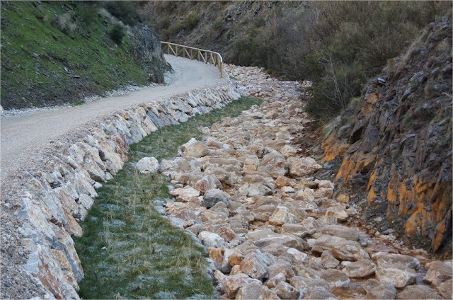 Canal calizo (open limestone channels). La Silva (El Bierzo). http://www.panoramio.com/photo/65889958