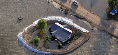 Mississippi Homeowners Build Their Own Dams to Escape the Floods Seen On www.coolpicturegallery.us