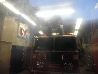 il simbolo dei Ghostbusters dentro alla caserma dei pompieri