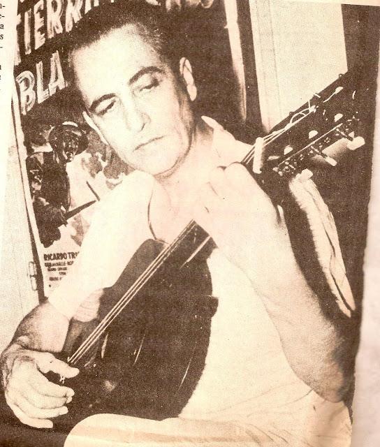 Hugo del Carril con una guitarra