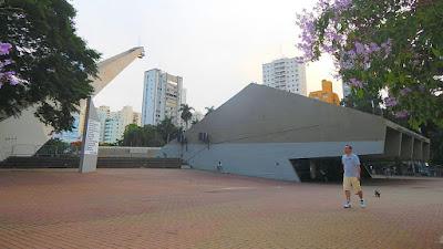 O Centro de Convivência Cultural de Campinas não deixa de ser uma metáfora da própria cidade: se há convivência, ela se dá no entorno da localidade, pois o centro propriamente dito está interditado, necessitando de revitalização urgente