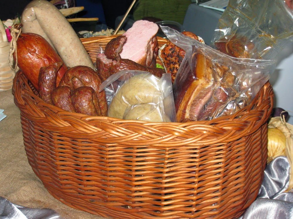 Фото Виталия Бабенко:корзина с колбасами
