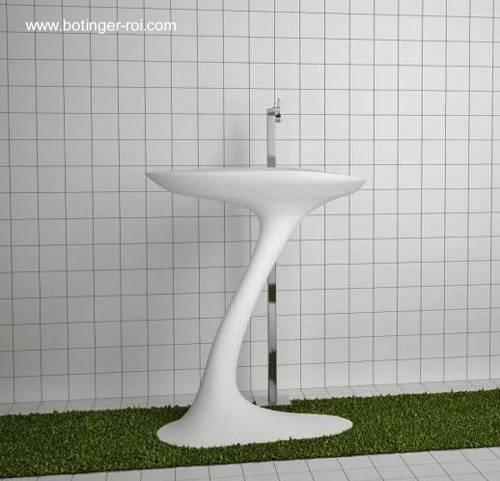 Lavamanos de diseño orgánico en un baño moderno