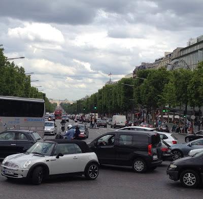 es un lugar obligado para quienes van a visitar París. Se puede subir a la plataforma superior de la cual se pueden observar vistas hermosas de París, con la famosa Avenida de los Campos Elíseos.