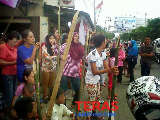 Warga sawah brebes 'sambut' kedatangan menteri jonan dengan bambu