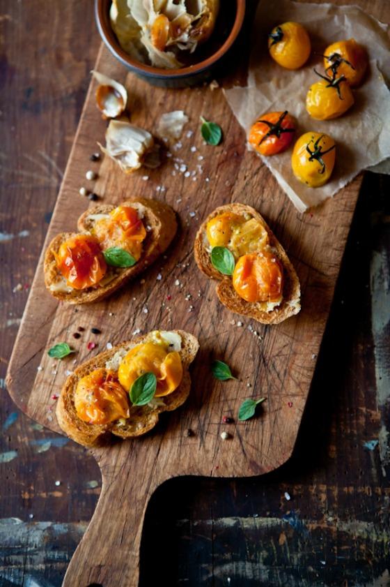 tostas de tomate, ajo, especias...